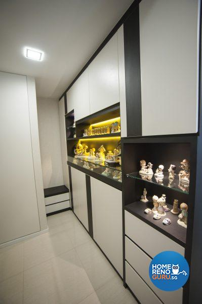 Shoe cabinets, display cabinets and concealed storage are neatly aligned at the entrance