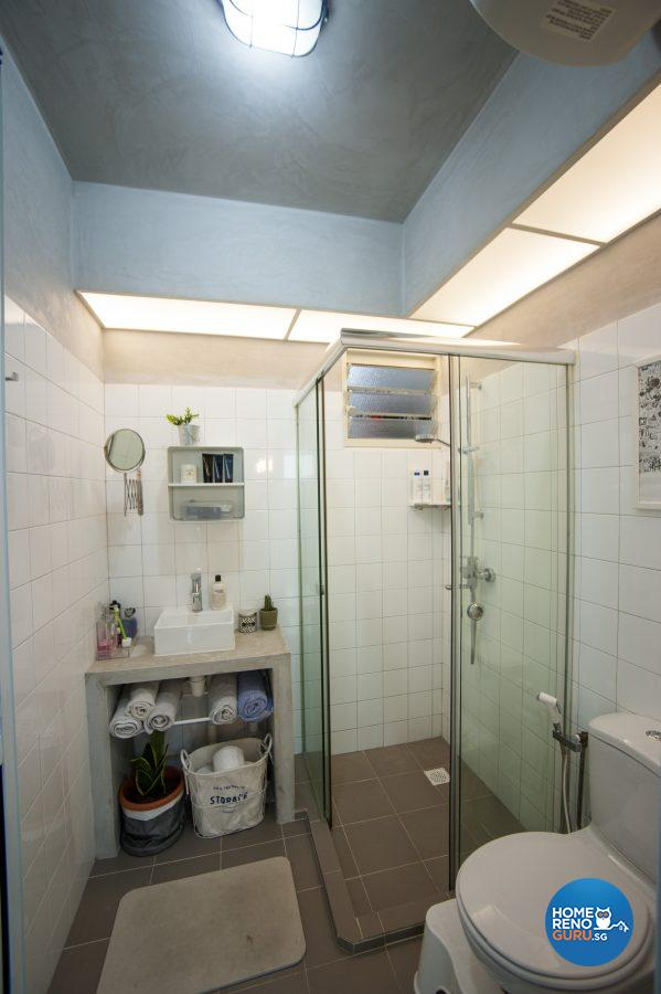 The fully tiled walls in the bathrooms and the cement screed ceiling were suggested by the designer
