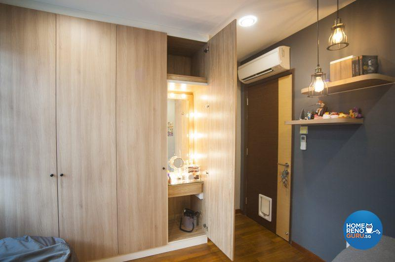 A concealed vanity surrounded by Hollywood-style lightbulbs